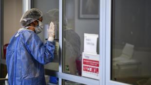 Una mujer reza mientras visita a un familiar infectado con covid-19 en la Unidad de Cuidados Intensivos del hospital El Cruce - Dr. Néstor Kirchner, en Florencio Varela, Argentina, el 13 de abril de 2021
