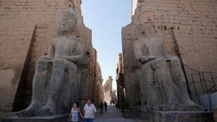 Turistas passeiam em Luxor, no Egito