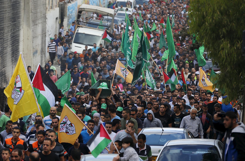 巴勒斯坦人为一名遭以军打死的青年举行葬礼并示威