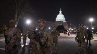 Miembros de la Guardia Nacional de Estados Unidos armados cerca del Capitolio, la sede del Congreso, en Washington