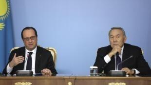 Le président François Hollande (G.) et son homologue kazakh, Nursultan Nazarbaïev, lors d'une conférence de presse à Astana, le vendredi 5 décembre 2014.
