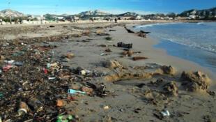 Lixo volta às praias após períodos de chuva, como na praia do Prado, em Marselha.