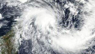 Formé dans l'océan Indien, le cyclone Enawo a frappé, mardi 7 mars, les côtes nord-est de Madagascar.