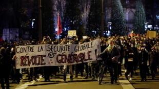 """11月17日,巴黎圣日耳曼大道上抗议""""整体安全法""""的人群"""