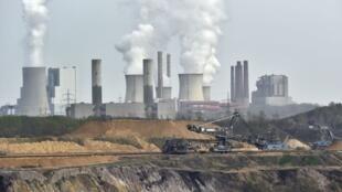 Parmi les causes du réchauffement climatique, l'activité intense des centrales nucléaires.
