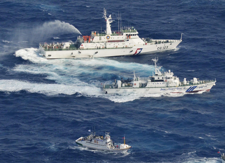 Tàu tuần duyên Nhật Bản (dưới) phun nước đuổi tàu Đài Loan trong vùng biển gần Senkaku/Điếu Ngư, 25/09/2012