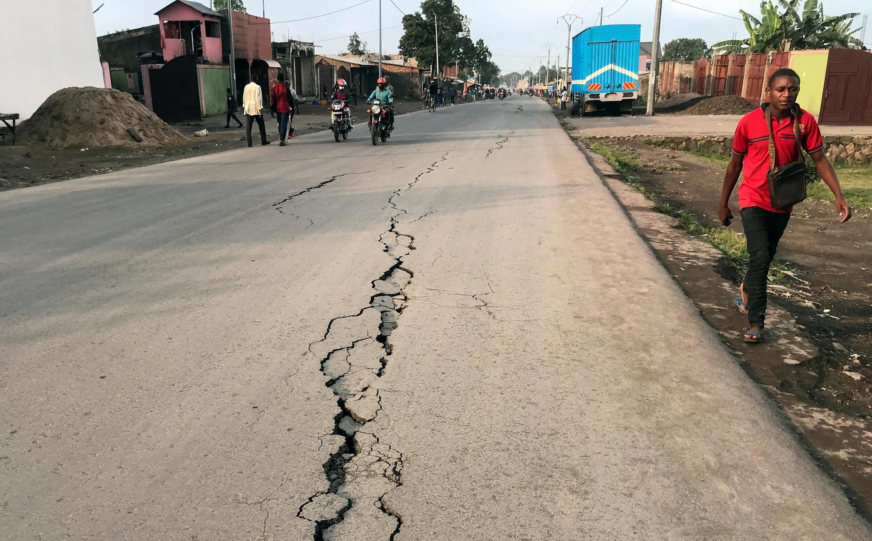 Une fissure barre une artère de Goma après des tremblements de terre dans cette ville de l'est de la RDC, le 26 mai 2021.