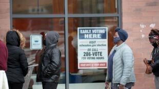 Des électeurs américains font la queue pour voter par anticipation dans le Wisconsin, le 20 octobre 2020.