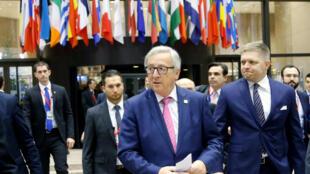 O presidente da Comissão Europeia, Jean-Claude Juncker (direita) e o primeiro-ministro eslovaco Robert Fico durante coletiva na última reunião do Conselho Europeu. 15/12/16