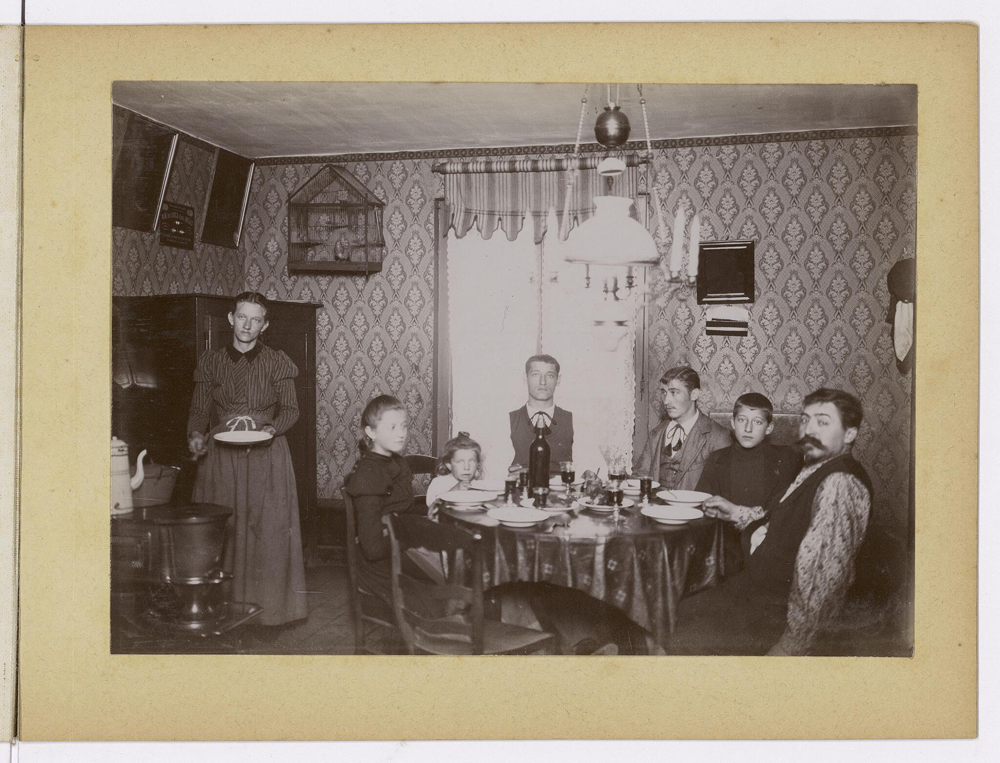 Lors d'un repas pris par une famille accompagnée de collègues dans un logement du Familistère. Les travailleurs sont associés et propriétaires collectivement de l'usine ainsi que du Familistère.