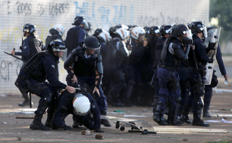 Violentos confrontos entre polícia e manifestantes nesta quarta-feira em Brasília, 24 de maio de 2017.