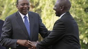 Le président kenyan Uhuru Kenyatta (gauche) se réjouit de la décision de la CPI.