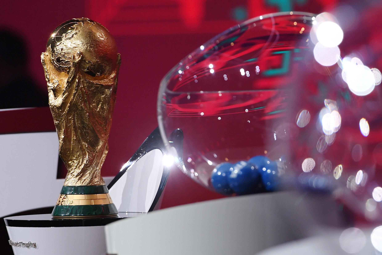 Cette photo prise par la FIFA montre le trophée de la Coupe du monde exposé sur scène lors du tirage au sort des qualifications européennes pour la Coupe du monde de football 2022, le 7 décembre 2020 au Hallenstadion de Zurich