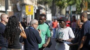 Polisi ya Israel yafanya msako kwa wahamiaji wa Kiafrika katika mitaa ya Tel Aviv, Juni 11, 2012.