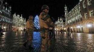 Patrouille militaire sur la Grand Place, à Bruxelles, dimanche 22 novembre 2015.