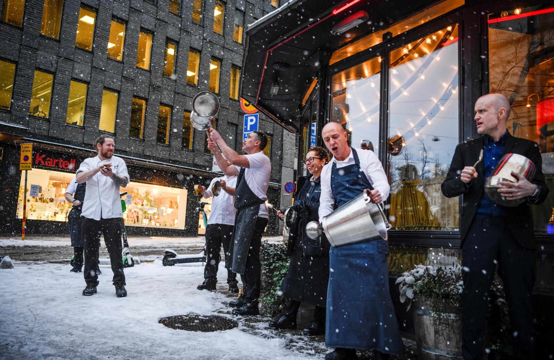 Concert de casseroles à Stockholm, le 14 janvier 2021. Les restaurateurs et leur personnel se sentent piégés à cause des restrictions qui les privent de clients.