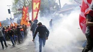 Polícia dispersa manifestantes  nos arredores da Praça Taksim, em Istambul