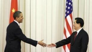 Barack Obama et Hu Jintao se serrent la main à la fin de leur conférence de presse, le 17 novembre 2009 à Pékin.