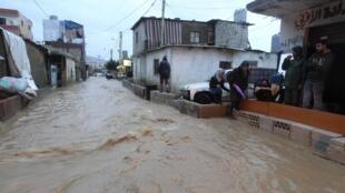 Chuvas torrenciais varrem as ruas de Beirute provocando inundações generalizadas.