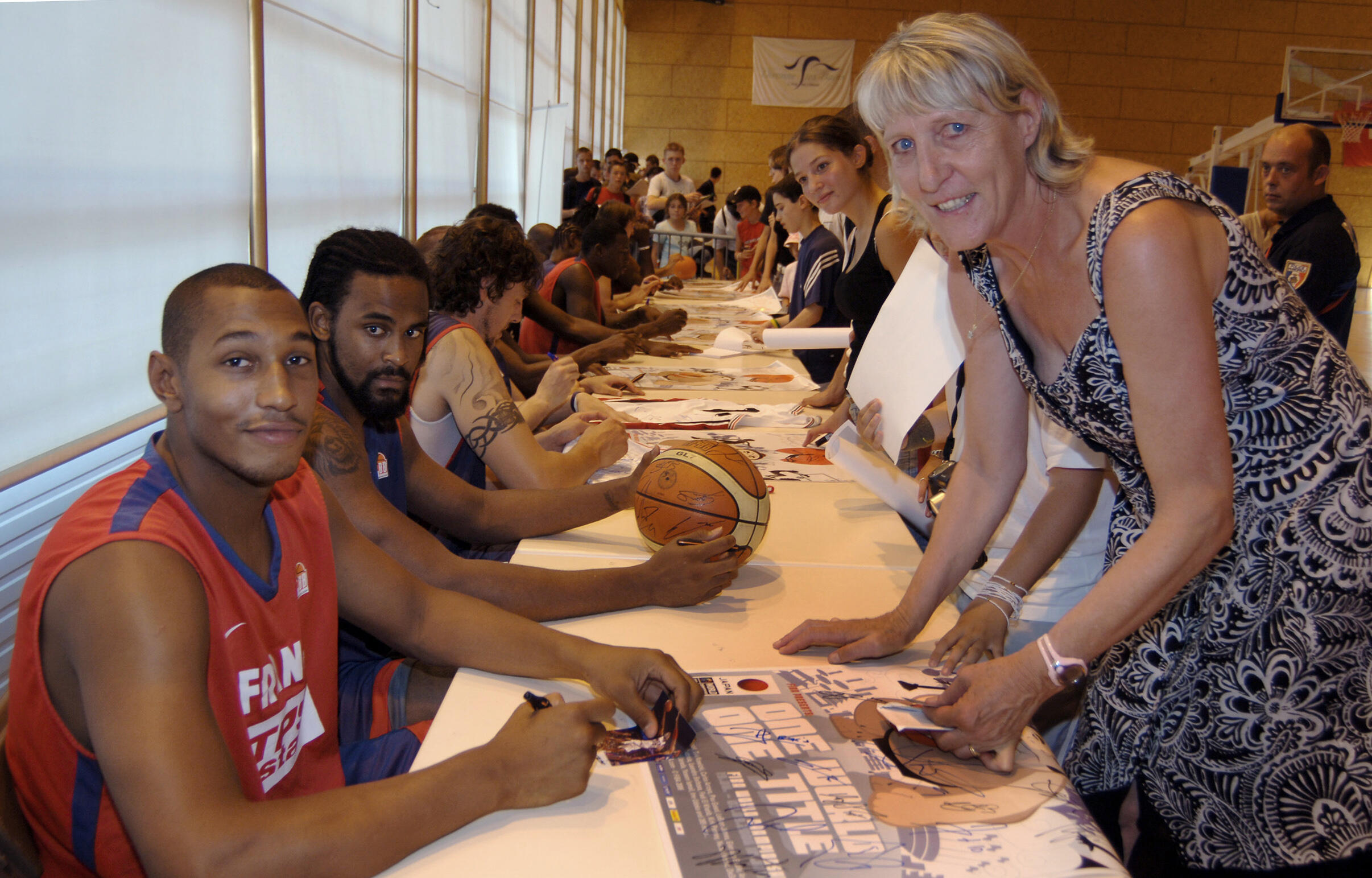 Boris Diaw et sa maman, Elisabeth Riffiod, lors d'un rassemblement de l'équipe de France en juillet 2006 à Divonne-les-Bains.