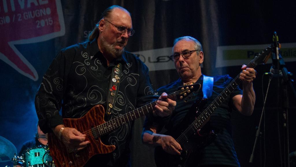 """Steve Cropper et John Tropea, en concert avec le """"Blues Brothers Band"""", lors de la 4ème édition du Festival de jazz de Turin, en 2015."""