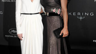 A atriz Isabelle Huppert e a atriz e produtora Salma Hayek durante o jantar Women in Motion em Cannes