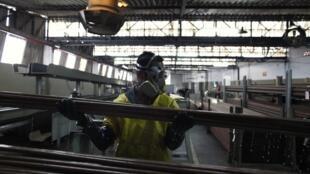Metalúrgico trabalhando em uma fábrica em São Paulo.