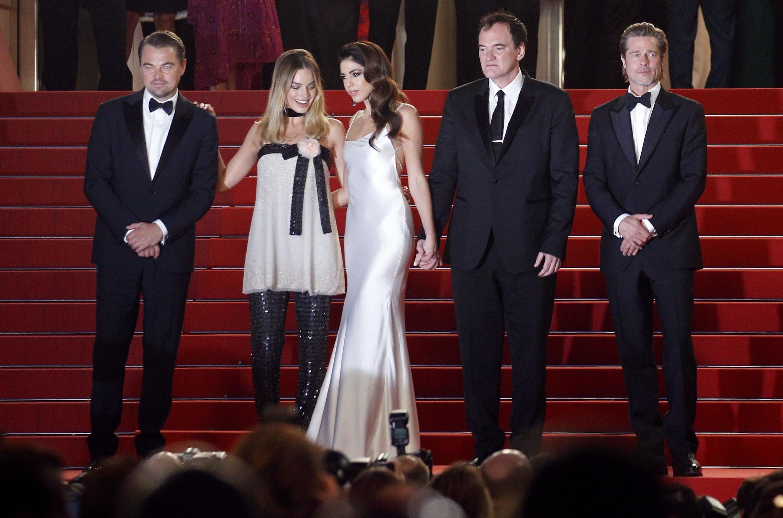 Quentin Tarantino entouré des acteurs et actrices de son film, sur le tapis rouge du Festival de Cannes, le 21 mai.