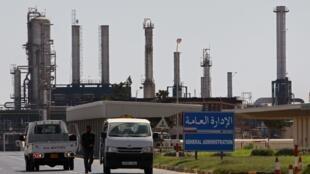 Des insurgés devant la raffinerie de Zaouïa en 2011 (Photo d'archive).