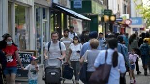 Los peatones caminan por una calle comercial de Hounslow, al oeste de Londres, el 1 de junio de 2021