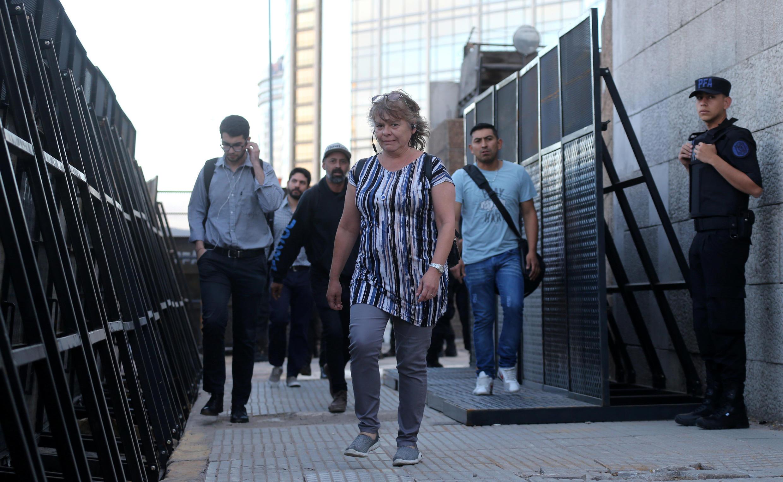 Passantes atravessam barreiras de segurança feitas com painéis de metal colocadas antes da cúpula do Grupo 20, em Buenos Aires 28/11/18.