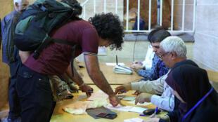 As seções eleitorais abriram às 8h locais para 56,4 milhões de eleitores iranianos.