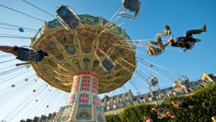 Em agosto, no Jardin des Tuilleries, em Paris, um parque de diversões é montado todos os anos.