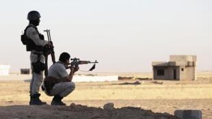 Deux pershmergas dans la province de Ninive, en Irak, le 9 août 2014.