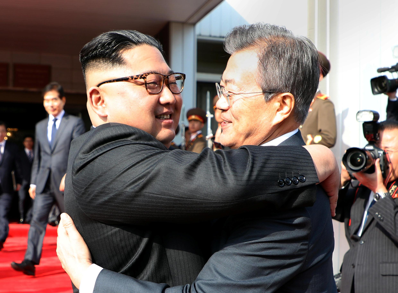 Presidentes sul-coreano, Moon Jae-in e norte coreano, Kim Jong-un, no encontro de 26 de maio, na cidade de Panmunjom, do lado da Coreia do Norte