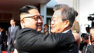 Le président sud-coréen Moon Jae-in et le leader nord-coréen Kim Jong-un se saluent à la fin de leur sommet surprise dans la ville de Panmunjom, en Corée du Nord, le 26 mai 2018.