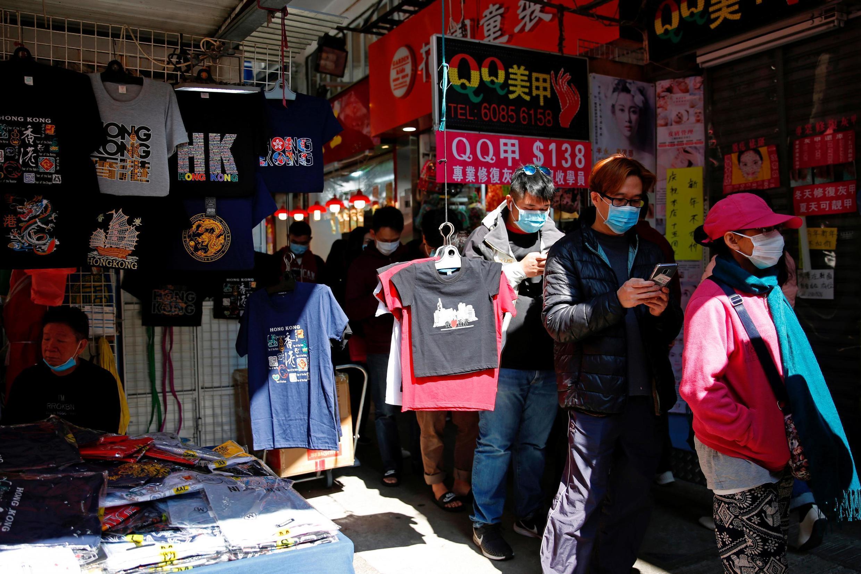 香港爆發新型冠狀病毒,民眾排隊購買口罩 2020年1月31日