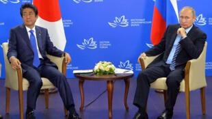 Rais wa Urusi Vladimir Putin, pamoja na Waziri Mkuu wa Japan Shinzo Abe, Septemba Vladivostok.