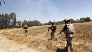 Des membres des forces de sécurité irakiennes patrouillent à l'ouest de Bagdad, le 24 juin 2014.