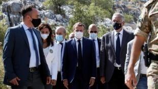 Rais wa Ufaransa Emmanuel Macron awasili kwenye hafla ya upandaji mierezi na wajumbe wa shirika lisilo la kiserikali la Jouzour Loubnan huko Jaj, karibu na Beirut, Septemba 1, 2020.