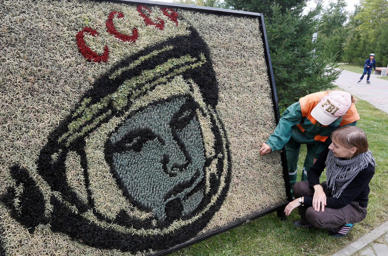 Портрет Юрия Гагарина из 3500 растений в парке Ленинского района Красноярска 30 августа 2016