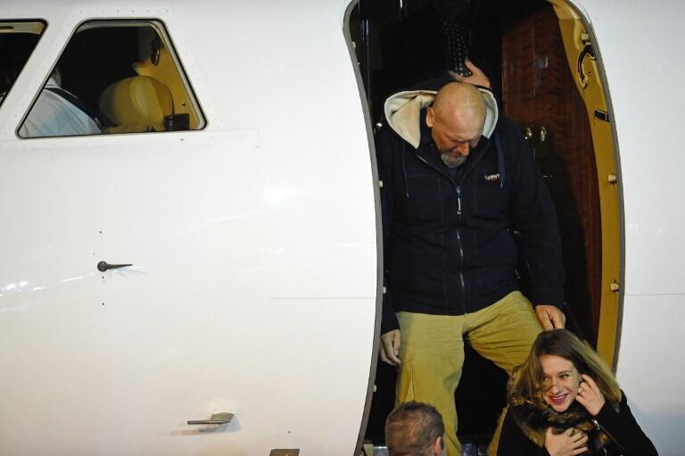 L'ex-otage à la sortie de l'avion qui l'a ramené en France, le 10 décembre à Villacoublay.
