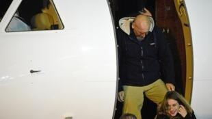 O ex-refém Serge Lazarevic descendo do avião