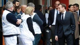 Президент Франции Эмманюэль Макрон в ходе посещения парижской больницы Necker 10 марта.