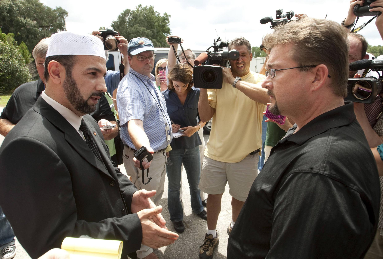 Imam Musri thuộc tổ chức Islamic Society (trái) nói chuyện với mục sư Wayne Sapp, thuộc tổ chức Dove World Outreach Center church (phải)  tại Florida (08/09/2010) để đề nghị gặp mục sư Terry Jones, người chủ trương đốt kinh Coran