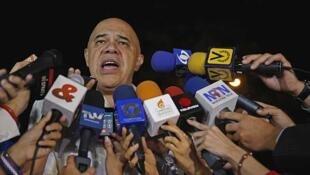 """Jesús """"Chúo"""" Torrealba, secretario ejecutivo de la  alianza, habla al margen de la reunión con los cancilleres de Unasur, el 6 de marzo de 2015."""
