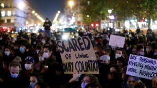 Plusieurs centaines de personnes se sont rassemblées mardi soir dans le calme place de la République à Paris.