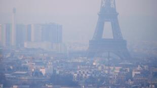 Torre Eiffel envolta em bruma de partículas finas.