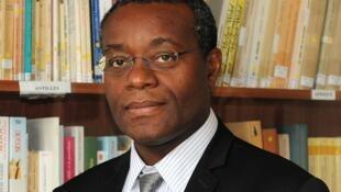Professeur de littérature à l'Université Paris-Sorbonne, Romuald Fonkoua est rédacteur en chef de la revue Présence Africaine depuis 2000.