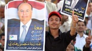 Mfuasi wa raisi mteule wa Yemen akiwa amebeba picha ya Abd Rabbu Mansur Hadi